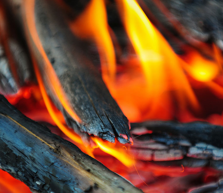 Når træet har tørret længe nok, brændes det i en 2000 grader varm ovn, så kullet er rent grafit. Kullet køler langsomt i sin egen aske.
